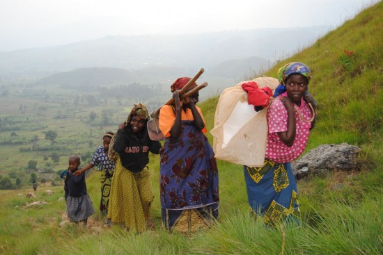 Women returning from a work day at the field, Walungu, DR Congo © ASF - Claude Maon